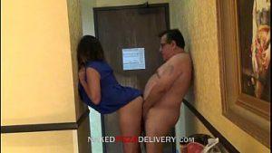 Gostosa amadora fazendo sexo com entregador
