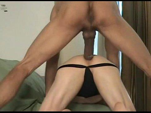 Big gay dotado comendo o cu do amigo no porno