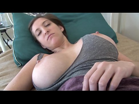 Gozou na cara da gostosa dormindo no porno