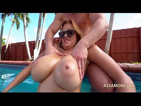 XXX Porno com Mulher peituda fudendo na piscina