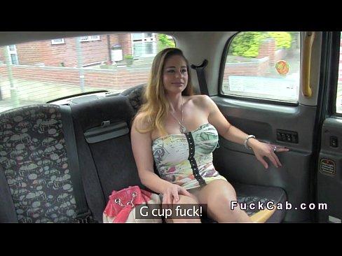 Loira gostosa fazendo sexo dentro do carro