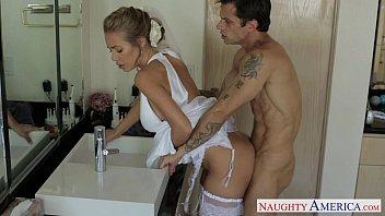 Vidio de porno depois do casório dentro do banheiro colocando