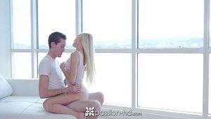 Baixar video porno com a loirona magrela