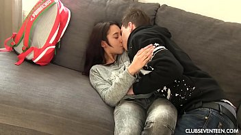 Xvudeos chegou no sofá beijando a ninfeta