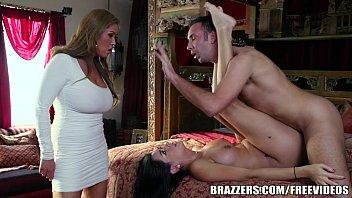 Comendo a cunhada na frente da mulher