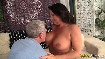 Coroa muito gostosa e safada dando no video porno