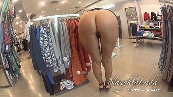 Mulher gostosa mostrando a buceta na loja de roupas