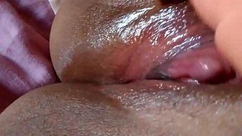 Deixando a buceta com grelo grande bem molhada