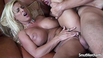 Negra gostosa dando o cu guloso no anal forte