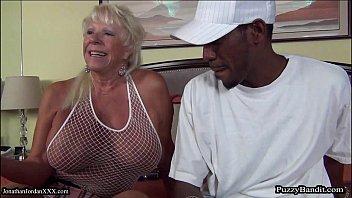 Velha gostosa dando a buceta no porno