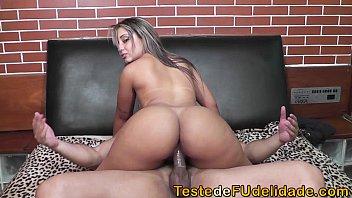 Loira safada fazendo sexo com camisinha xxx