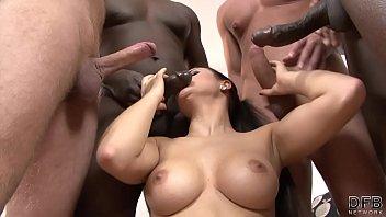 Mulher safada fudendo com vários machos dotados