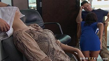 Fodendo ajudante de cabeleireira na frente da parceira