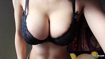Novinha mostrando os peitos na cam