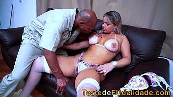 Chupando a buceta da empregada