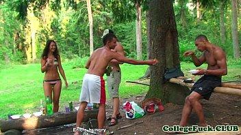 Mulher fazendo sexo no mato