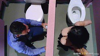 Comendo a sogra no banheiro