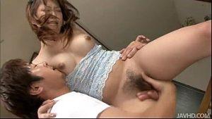 Mulher dando a buceta peluda