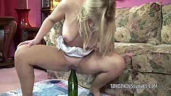 Mulher enfiando garrafa no cu