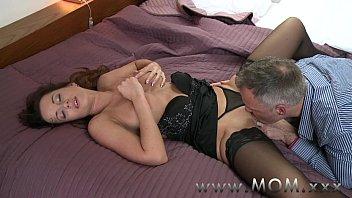 Mulher se masturbando com os dedos