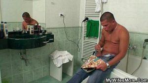 Comendo a tia no banheiro xxx