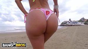 Mulher dando na praia em xvideos-xxx