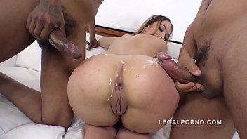 Mulitos homens comendo apenas uma mulher