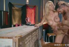 Gostosa dos peitos durinhos fazendo sexo em vídeo porno