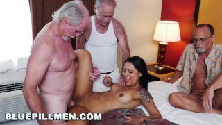 Novinha dando para velhos em vídeo porno