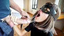 Mulher bebendo mijo do homem no porno bizarro